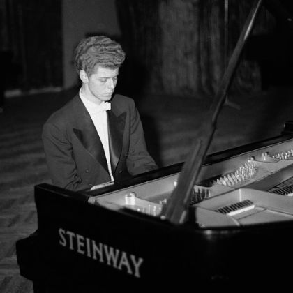https://www.steinway.com/news/features/an-unforeseen-ambassador-van-cliburn